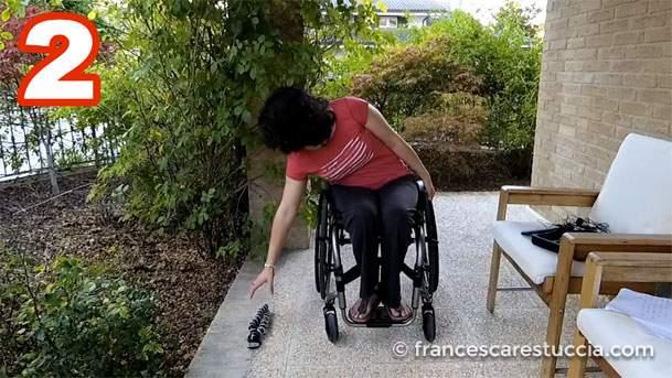 sedia-a-rotelle-di-fianco-alloggetto-da-raccogliere